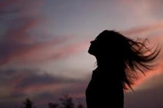 mulher-cabelos-ao-vento